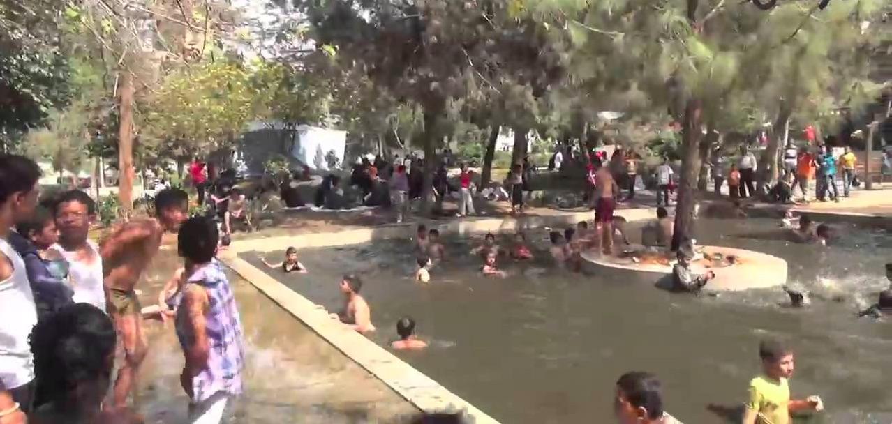 أطفال ابن سليمان يسبحون ليلا في برك حديقة الحسن الثاني المتعفنة