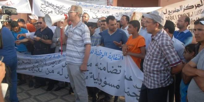 نقابة الصحافيين وهيئات حقوقية ومدنية تحتج على تعنيف مراسل «الأخبار» بمراكش وحجز بطاقة هويته
