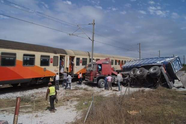 إصابة 9 أشخاص في حادث اصطدام قطار بشاحنة كبيرة تابعة لورش القطار الفائق السرعة بأصيلة
