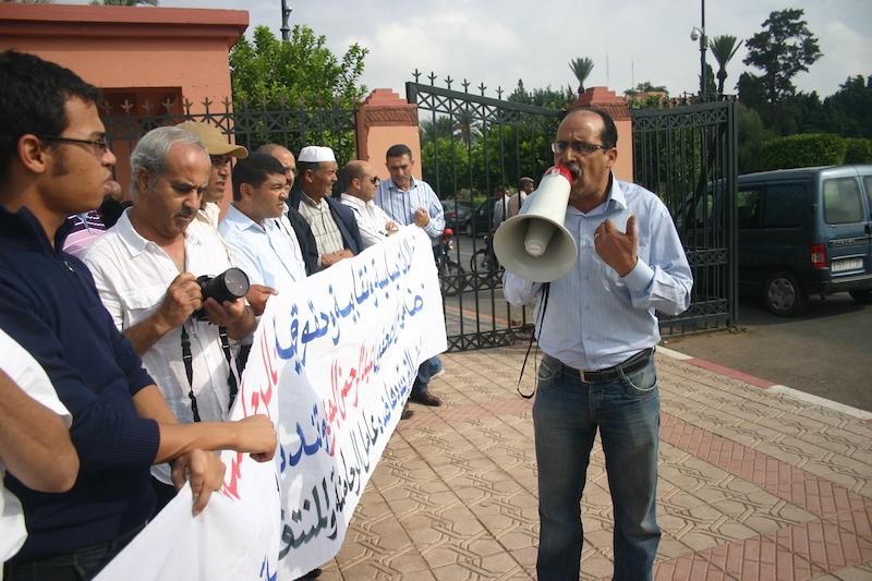"""تعنيف القوات المساعدة للصحافي بجريدة """"الاخبار"""" عزيز بطراح يؤجج غضبا نقابيا وحقوقيا بمراكش"""