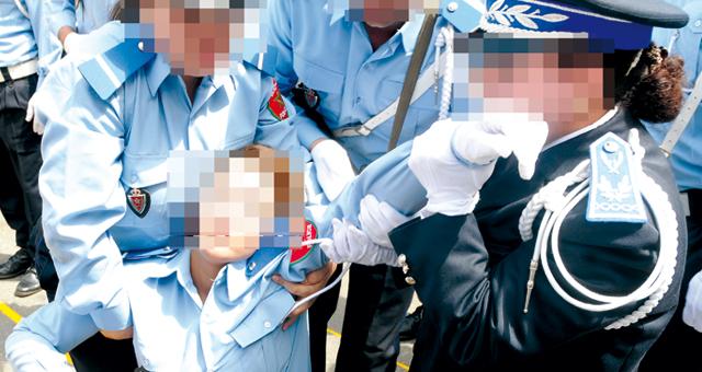 """مهاجر مغربي """"يجر"""" شرطية بالقنيطرة بالشارع بعد اغلاق زجاج سيارته على يدها"""