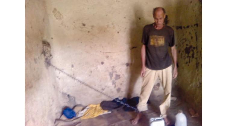 تحرير شخص محتجز بنواحي وزان بعد ربع قرن من تكبيله بواسطة سلسلة حديدية داخل مسكن هامشي