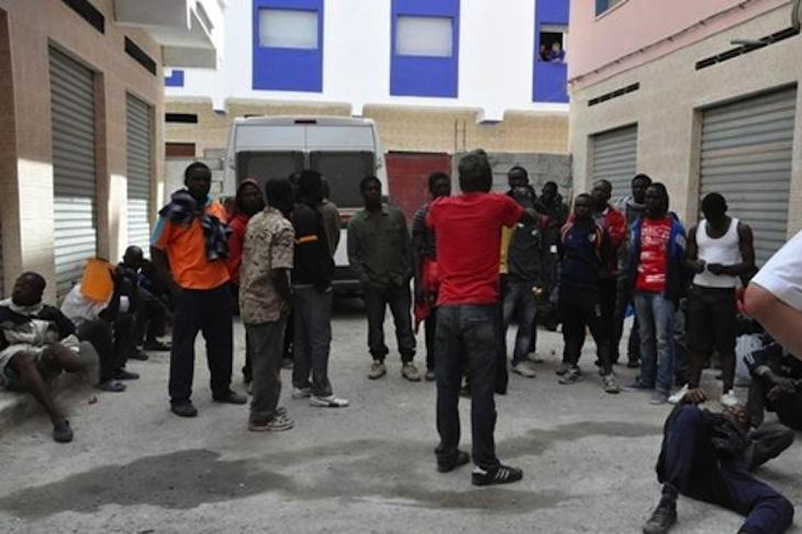 سلطات طنجة تمهل مهاجرين أفارقة 24 ساعة لإخلاء شقق احتلوها بحي بوخالف