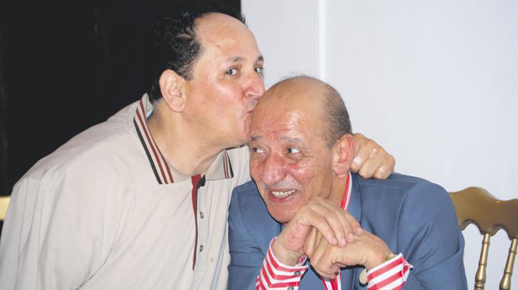 الفنان الكوميدي عبد الخالق فهيد يقبل رأس الفنان المكرم الحسين بنياز