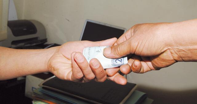 إيقاف موظف بالشرطة متلبسا بتلقي 2000 درهم رشوة بفاس