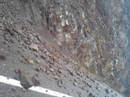 انهيار صخري يقطع الطريق بين الحسيمة وتطوان ومواطنون ينجون من كارثة