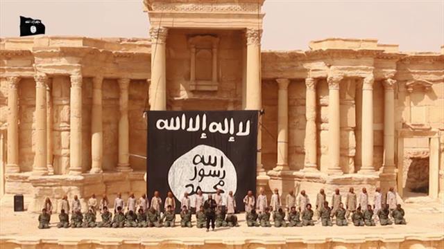 """صادم …""""داعش"""" تعدم 25 من قوات بشار على يد أطفال أمام جمهور في مسرح"""