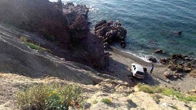 سيارة تهوي من أعلى جرف مطل بشاطئ تلايوسف بالحسيمة