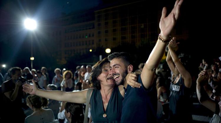 """اليونانيون يرفضون """"خطة الانقاذ"""" ويضعون أوربا في مفترق الطرق"""