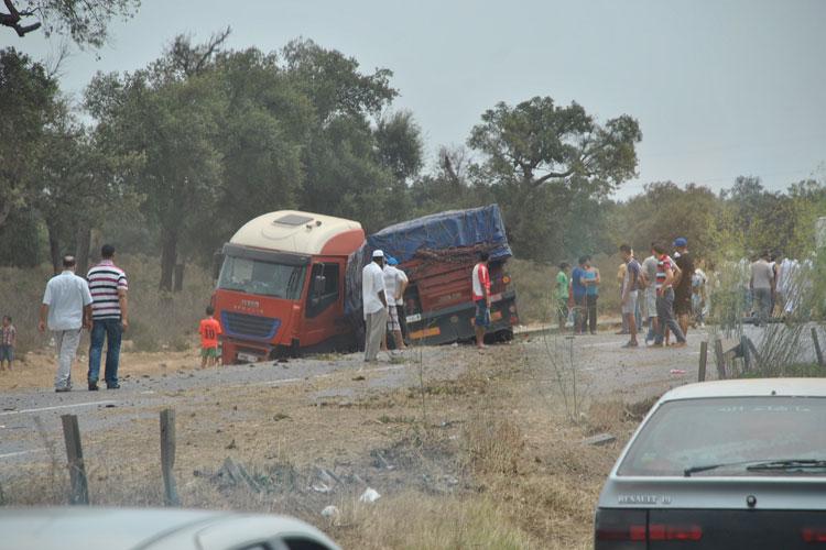 عاجل … انقلاب شاحنة يقطع الطريق السيار الرابطة بين الرباط والقنيطرة