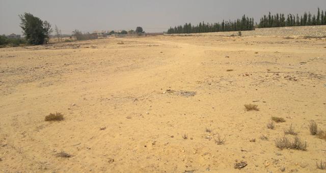 سكان بإنزكان يكشفون محاولة تحويل طريق عمومي وموقف للسيارات سريا إلى بقع أرضية