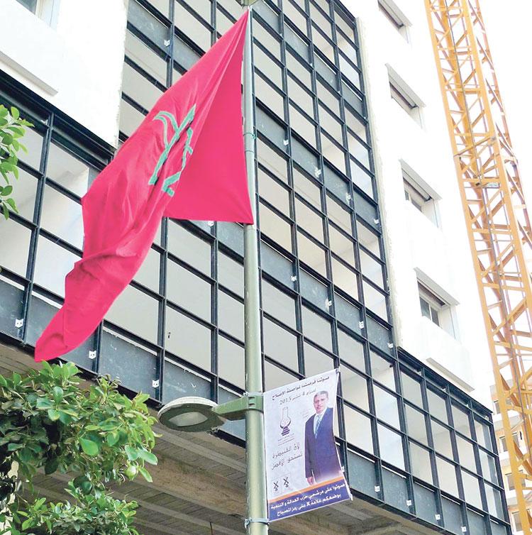 رباح مهدد بإلغاء انتخابه بسبب استغلاله العلم الوطني