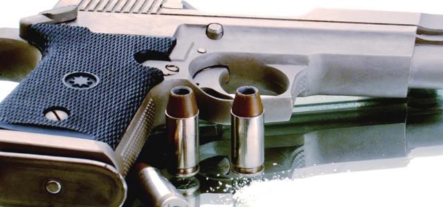 شرطي بالحاجب يستخدم سلاحه الوظيفي ويصيب أحد معترضي سبيل المارة برصاصة