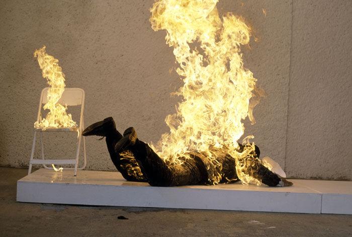 مصرع شاب أضرم صديقه النار في جسده بوجدة