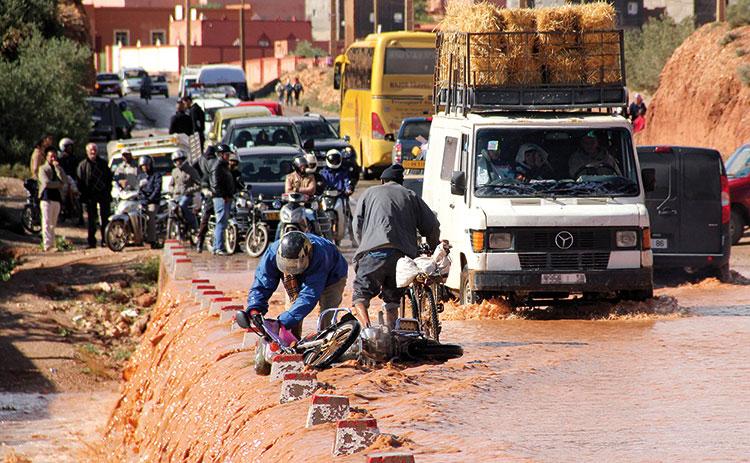 15 دقيقة من الأمطار تحول شوارع مراكش إلى وديان