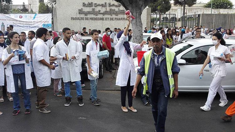 """طلبة الطب يغسلون السيارات ويبيعون """"الكلينكس"""" بالدارالبيضاء احتجاجا على الوردي"""