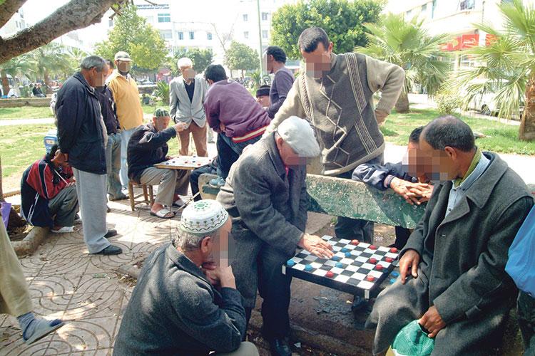 ملايين العجزة المغاربة يصارعون الفقر وتردي الوضع الصحي وهزالة التقاعد