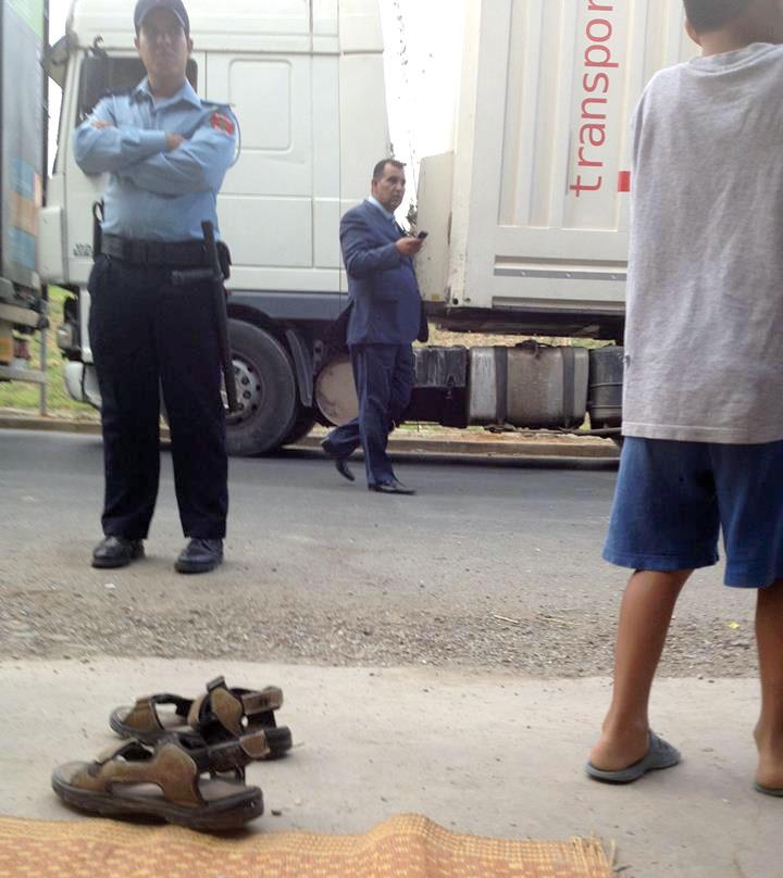 سلطات طنجة تستعين بالشاحنات الكبيرة لـ«حجب» وقفة احتجاجية عن الموكب الملكي