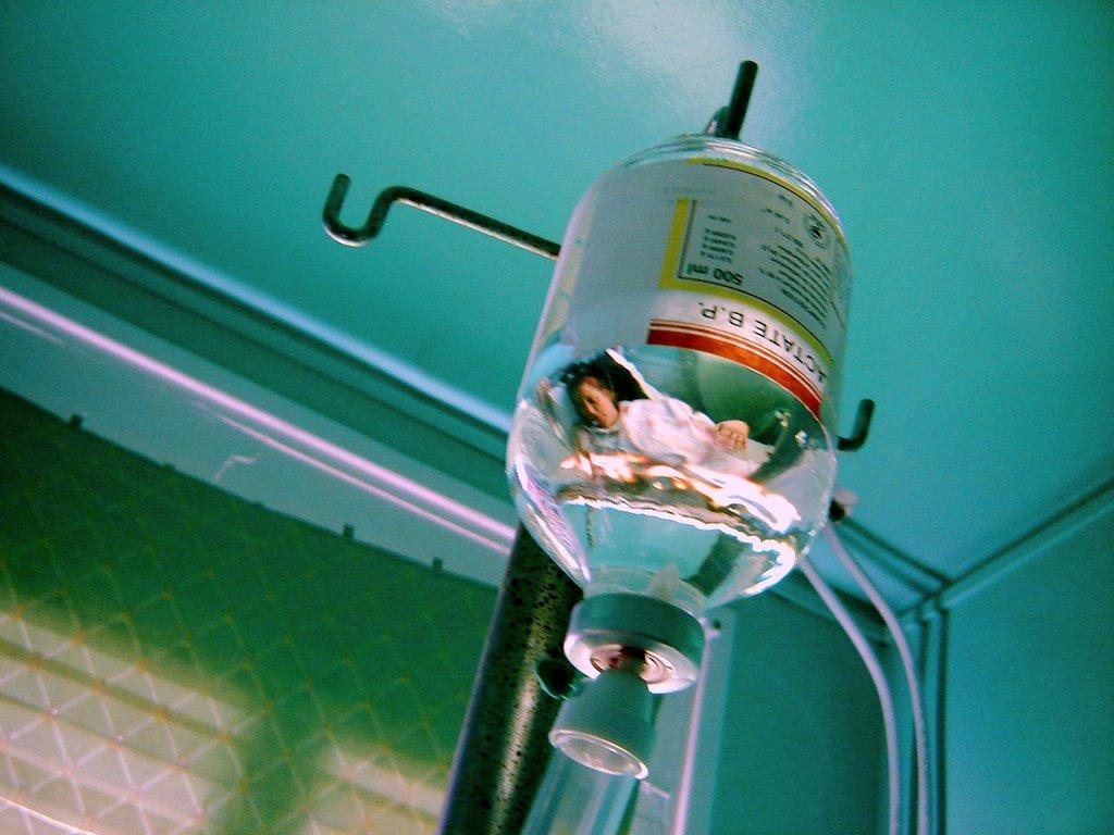 """تناقص دواء """"السيروم المملح"""" من المستشفيات يهددها بالشلل"""