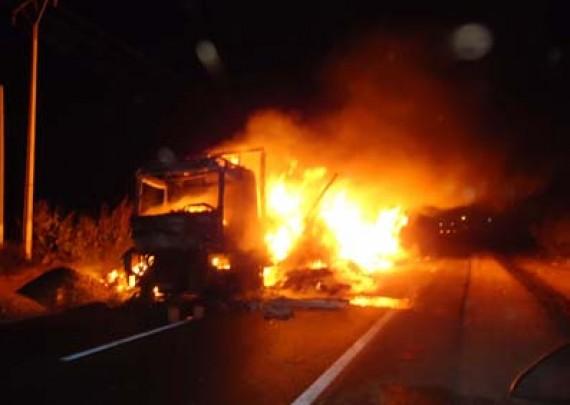 اصطدام شاحنتين بالطريق السيار بسطات يخلف إصابة سائق إسباني بحروق خطيرة