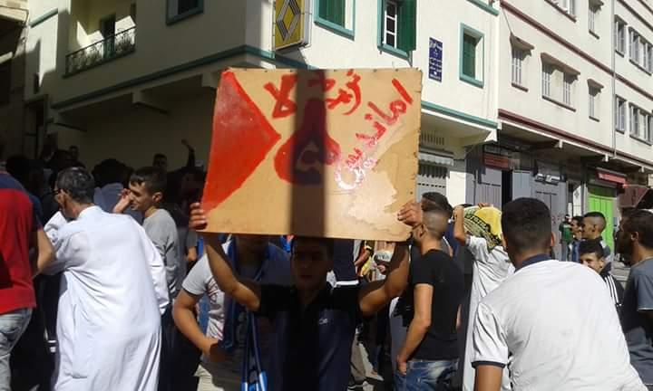 """الآلاف ينزلون إلى شوارع طنجة مرددين .. """"الشعب يريد إسقاط أمانديس"""""""