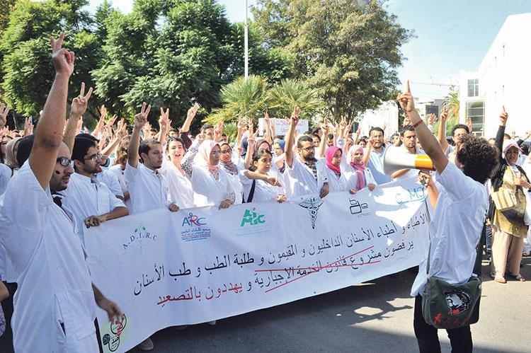 موجة الغضب ضد الوردي تتسع وأطباء القطاع العام يحتجون