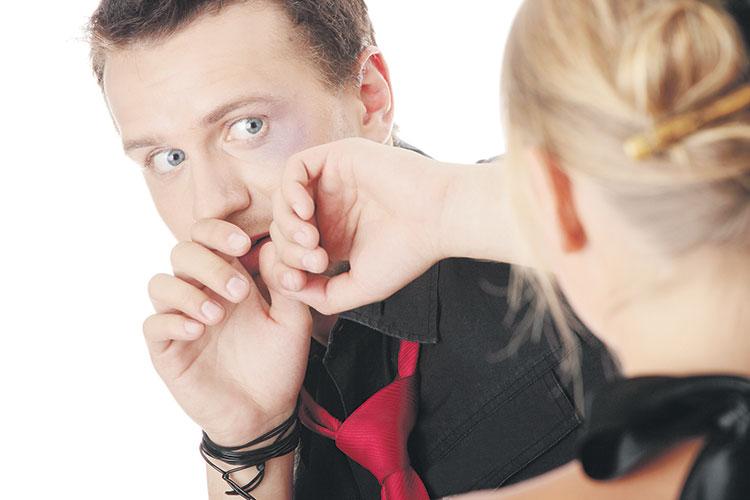 اعترافات صادمة لزوج يعاني من اعتداءات زوجته