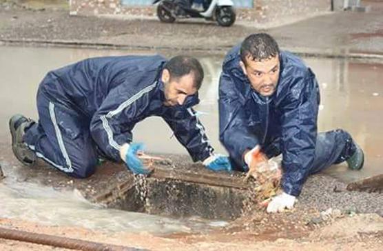 """""""شوفوني""""..صور لمستشارين من بيجيدي ينظفان بالوعات في أيت ملول"""