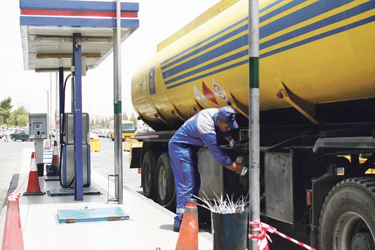 أرباب محطات توزيع الوقود يحذرون من قرار تحرير أسعار المحروقات
