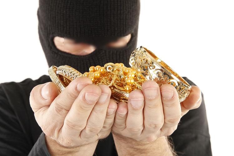التحقيق في سرقة ذهب بأزرو ينتهي بإيقاف متهم بالقتل وحجز مخدرات وبندقية صيد