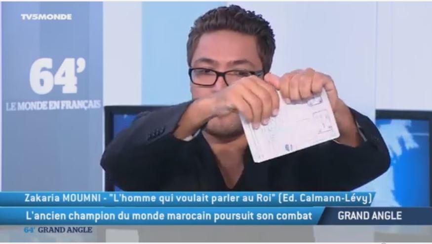 المومني يمزق جواز سفره المغربي مباشرة على الهواء في قناة فرنسية