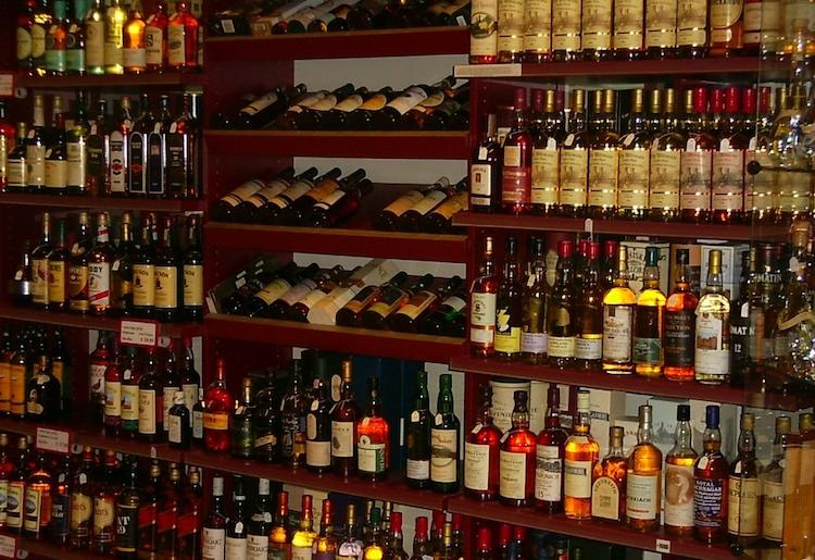 الحكومة ترفض زيادة الضرائب على الخمور ومنع التجارة مع إسرائيل