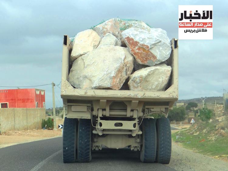 هكذا تحمل أطنان من الأحجار في شاحنات بدون لوحات ترقيم لبناء ميناء آسفي الجديد