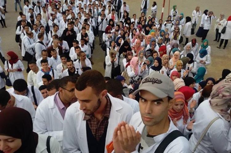 خريجو البرنامج الحكومي 10 ألاف إطار يحتجون بتطوان ضد إقصائهم و تهميش مطالبهم