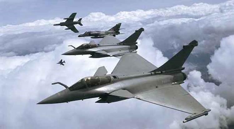 الطائرات الفرنسية تشن غارات مكثفة على مواقع لتنظيم الدولة بالرقة