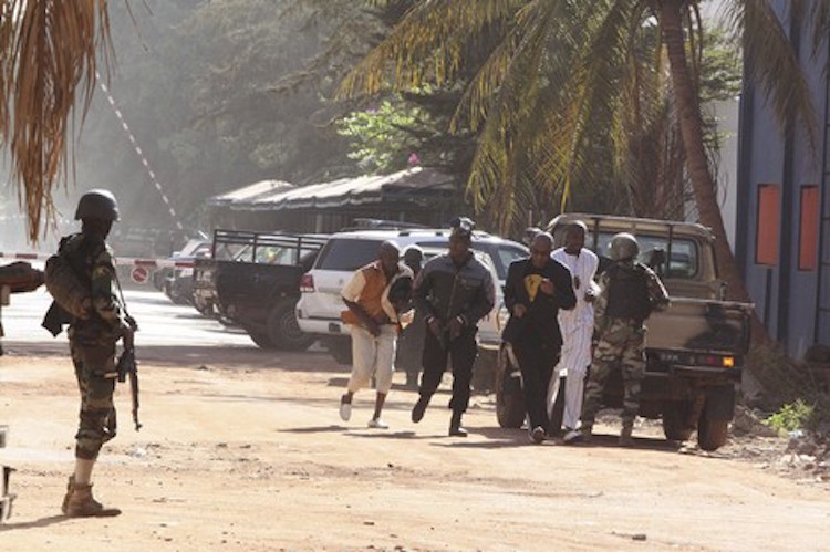 """مقتل 22 شخصا في عملية احتجاز الرهائن بفندق مالي و""""جماعة المرابطون"""" تتبنى العملية"""