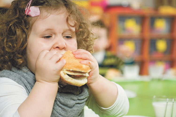 أضرار الأطعمة المملحة على صحة طفلك