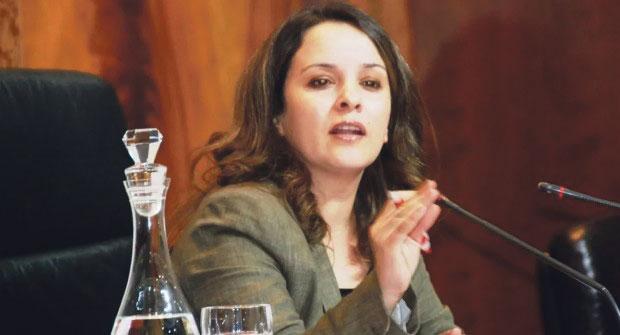 انسحاب الوزيرة أفيلال من لقاء بمارتيل خوفا من إحراجها بسؤال حول «2 فرنك»