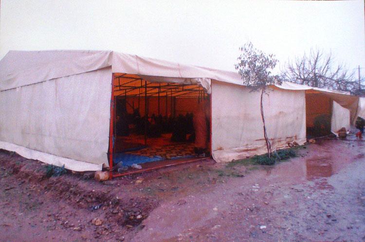 سبعة آلاف نسمة بضواحي الخميسات يؤدون الصلوات بخيمة بلاستيكية