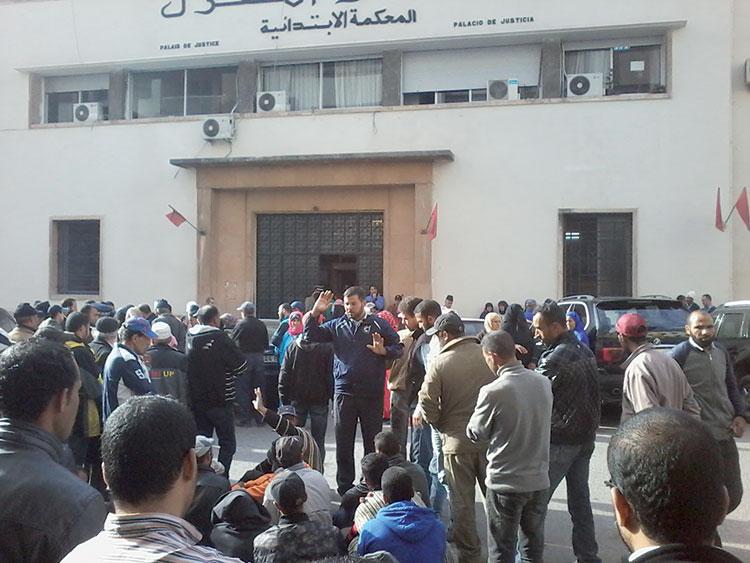 قاطنو دور الصفيح «عين أقنا» بطنجة يطالبون بإطلاق سراح ناشط حقوقي