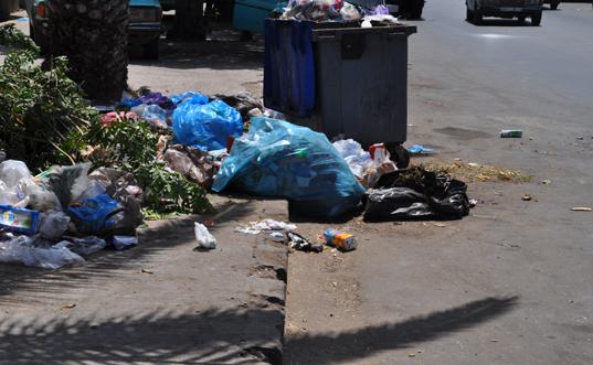 آسفي تغرق في الأزبال وشركة النظافة تنقل العاملات وسط القمامة