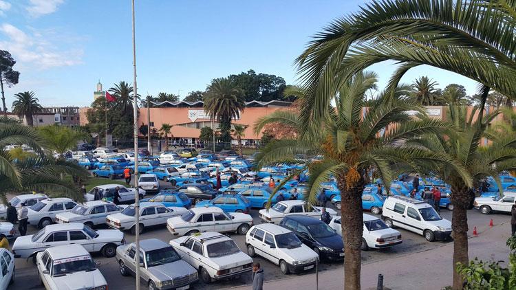 500 سائق سيارة أجرة ببرشيد يحتجون ضد أحكام قضائية على مهنيين