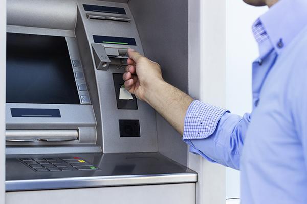 نجار يجر وكالة بنكية بأكادير إلى القضاء بعد سحبها مبالغ مالية من حسابه