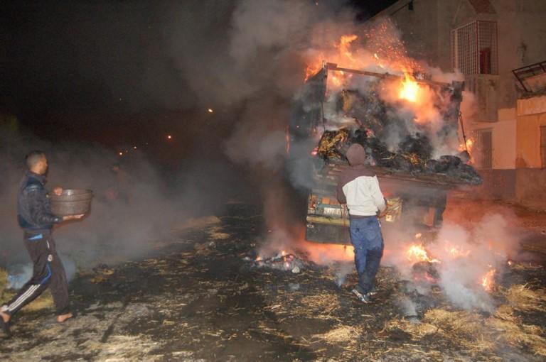 النيران تلتهم شاحنات وسيارات بسوق «التبن» بوادي زم