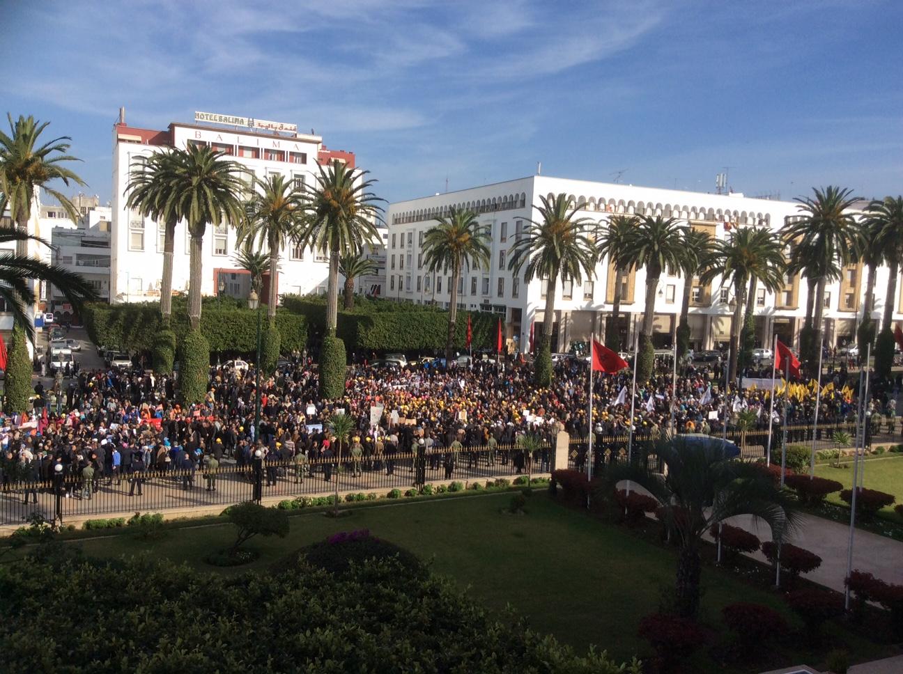وقفة نقابية حاشدة أمام البرلمان للاحتجاج على قوانين إصلاح التقاعد