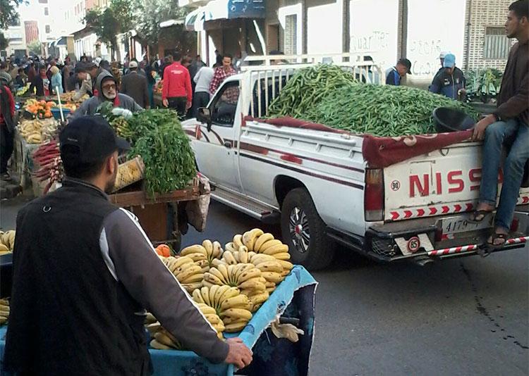 الباعة المتجولون يجتاحون حيا ببرشيد ويحولونه إلى سوق عشوائي مفتوح