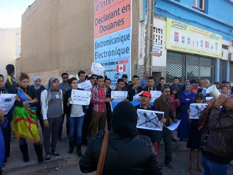 محتجون أمازيغ يحرقون صورة بنكيران أمام مقر حزبه بأكادير