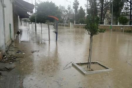 أمطار خفيفة تتسبب في اختناق قنوات صرف المياه بشوارع مدينة فاس
