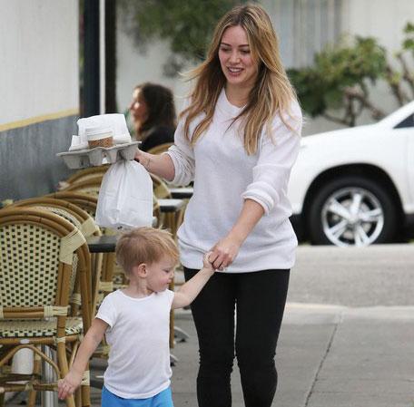 هيلاري داف تأخذ ابنها لوكا للغذاء