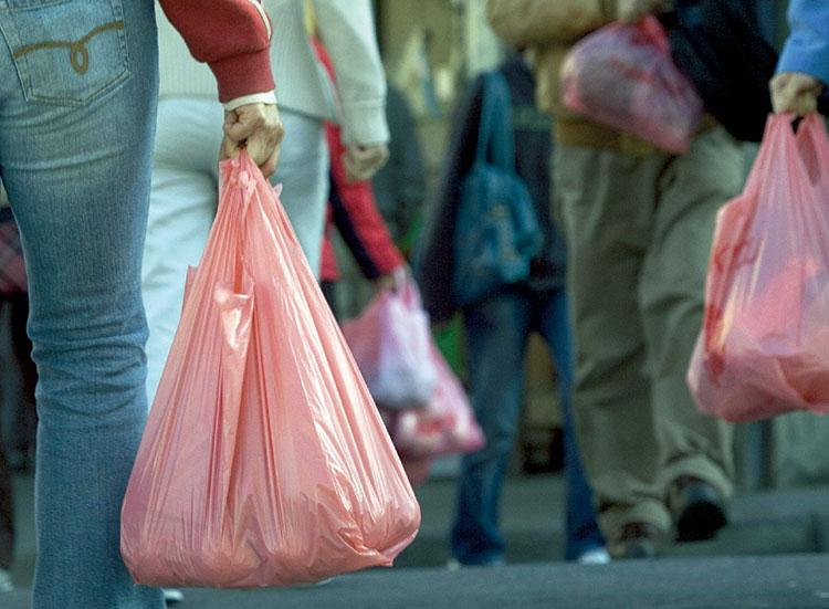 هكذا سيشرد 200 ألف عامِل وسيغلق 800 مَصنَع بسبب منع أكياس البلاستيك